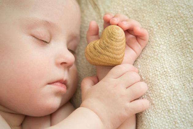 婴儿斜颈图片_宝宝的好头型能不能睡出来? 头型 睡姿 头颅_新浪育儿_新浪网