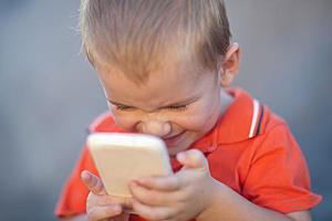 别再给孩子玩手机了 一组数据告诉你后果有多严重!