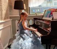 黄奕女儿盛装打扮演奏钢琴