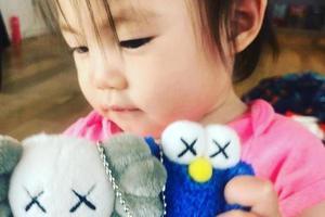 陈冠希晒Alaia拿玩具照片 网友:周杰伦送的吗?