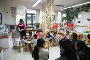 回家乡幼儿园当老师 照应高龄奶奶