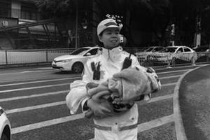 """女警怀抱婴儿指挥交通 """"网络爆红?#21271;?#21518;的故事暖人心扉"""