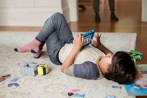 美国?#32844;衷依?#20799;子的游戏机:孩子沉迷游戏和手机,到底该怎么管?