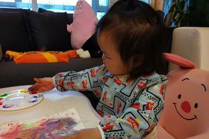 朱丹和女儿玩手绘游戏 小小丹?#36710;?#32905;嘟嘟超可爱