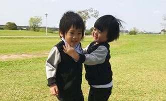 林志颖双胞胎儿子户外晒太阳