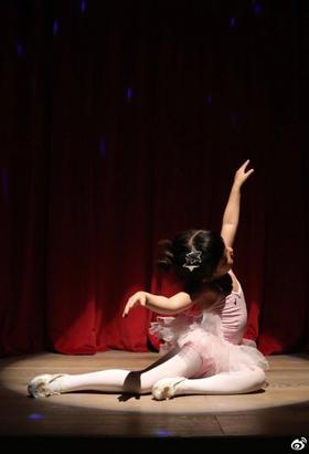 孙俪晒小花妹妹跳芭蕾舞照