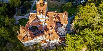 陡峭山崖上的吸血鬼城堡
