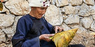 壮族老人给树叶华丽变身