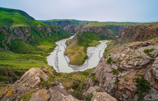 新疆有一条大峡谷,硬生生从草甸上切开