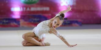 藝術體操賽場上的小姑娘