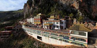 鑲嵌在懸崖峭壁上的寺廟