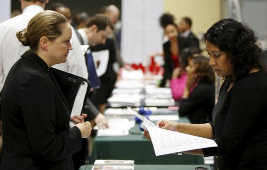 原料图片:2016年1月,华盛顿,美国农业部代外(右)在雇用会上与别名答聘者交谈。REUTERS/Gary Cameron