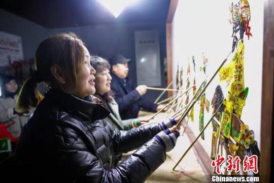 项翠萍在表演皮影戏 张卉 摄