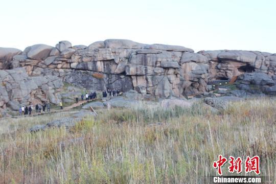 吉木乃縣舊石器時代至周的通天洞古遺址。 陶拴科 攝