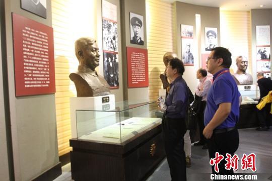 游人參觀石河子軍墾博物館。 陶拴科 攝