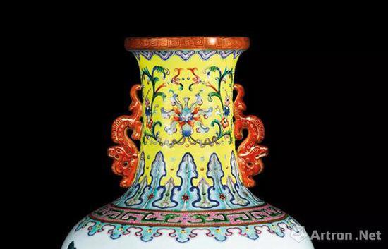 清乾隆 瓷胎洋彩黄地锦上添花莲纹长春百子图双龙耳瓶细节