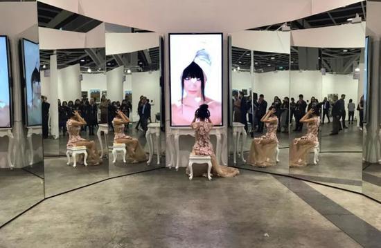 艺术家Sophia Al-Maria新电影《Mirror Cookie》,女演员白灵在展览现场