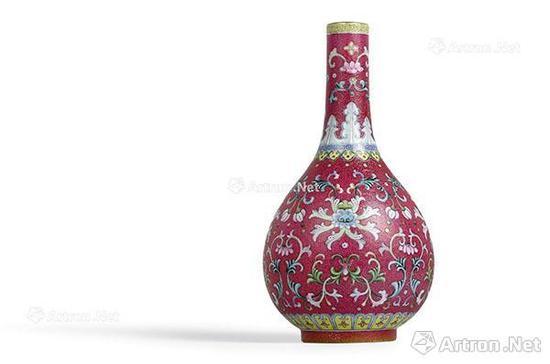 清乾隆 紫红地洋彩轧道锦上添花胆瓶 5026.45万港币