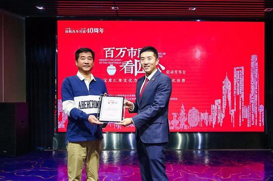 合作儀式,左起:上海古玩經營協會秘書長徐曉嶺,寶庫文化副總裁吳昊