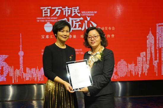 合作儀式,左起:寶庫文化副總裁李紅,中國建設銀行上海市浦東分行副行長張惠