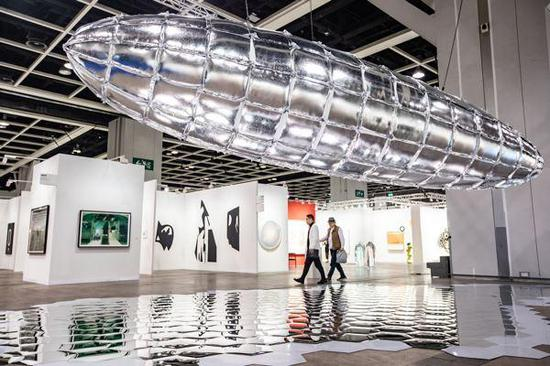 """李�^的超大型装置""""Willing To Be Vulnerable �C Metalized Balloon""""呈现了一艘十米长的齐柏林飞船复制品。(图片来源:巴塞尔艺术展香港展会)"""