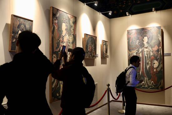 藏经阁展示了纯手工打造和绘制的16幅精品壁画。摄影/新京报记者 浦峰