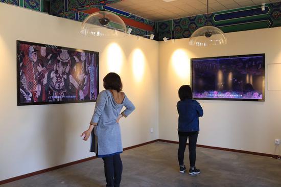 观众通过多媒体互动系统观看法海寺的壁画介绍。摄影/新京报记者 浦峰
