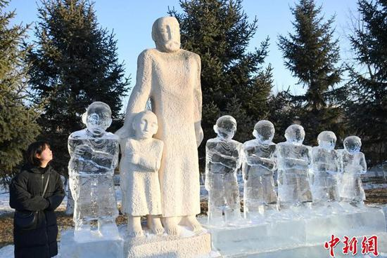 图为游客观赏雕塑作品。
