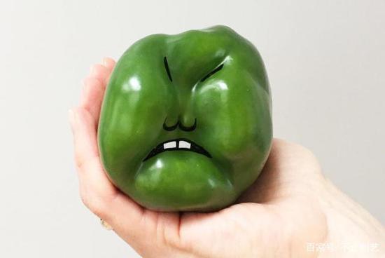 一個憤怒的甜椒,它看起來很生氣,臉都綠了。
