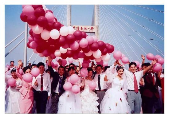 黃克勤 《十月婚典》 攝影 57cm×84cm 1996