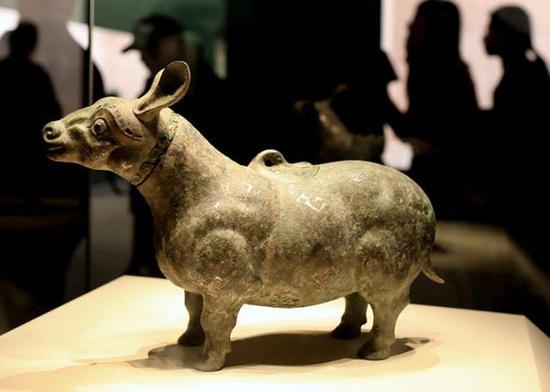 战国晚期青铜牺尊,是战国时期齐国错金银和镶嵌工艺的巅峰之作。