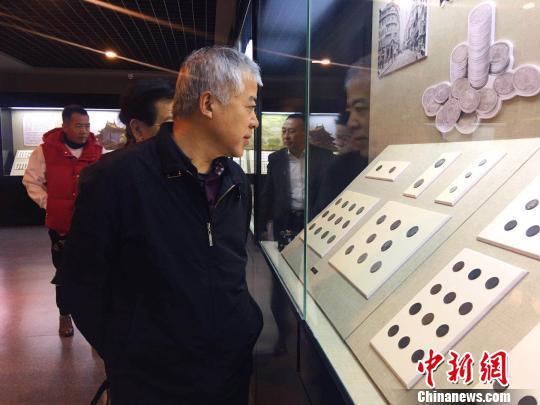 圖為中國錢幣博物館研究信息部主任參觀錢幣博物館。 張瑋 攝