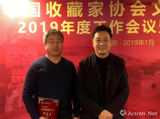 罗会长为山西省玉雕大师刘希明颁发聘书