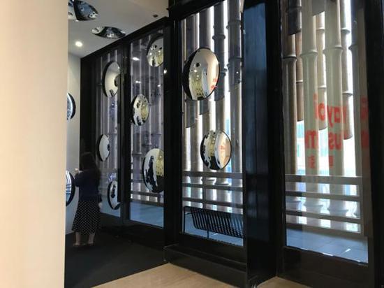 二樓展廳入口處,作品《隱匿的人生》與復星藝術中心窗外的幕簾