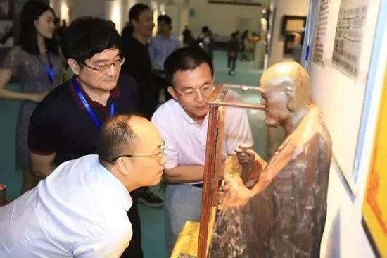 著名收藏家、七匹狼董事局主席周永偉現場觀看弘一法師血書