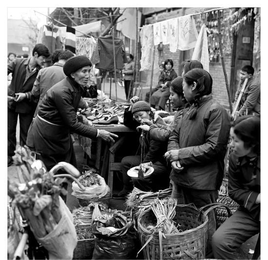 劉以寬 《早市》 攝影 84cm×84cm 1982