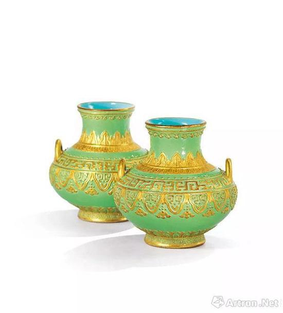 清乾隆 绿地金彩雕青铜纹双系尊一对 六字篆书印款