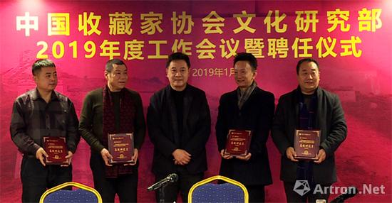 罗会长为高级研究员罗谦、杨维高、高智、王雪峰颁发聘书