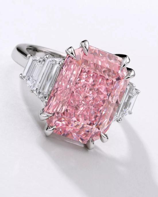 10.64卡拉艷彩紫粉紅色、內部無瑕鉆石,配鉆石戒指