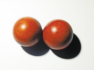 照片中右邊的珠子是血檀,左邊的珠子是小葉紫檀。