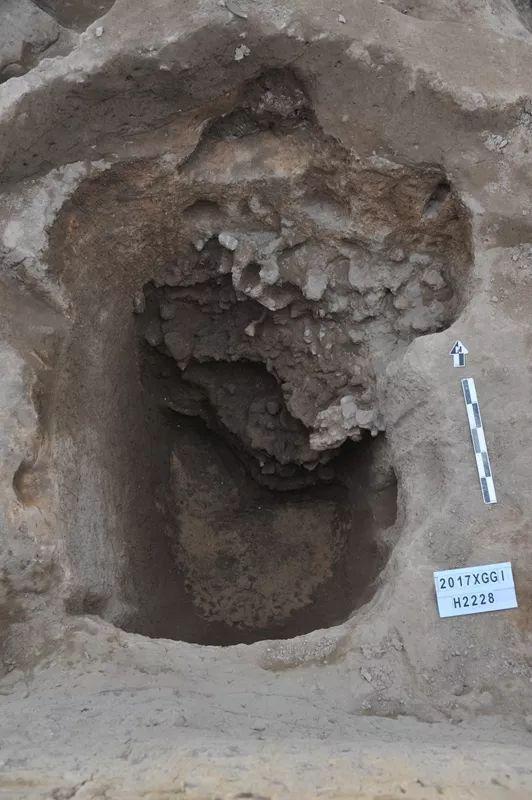 官庄遗址H2228中的熔炉残块堆积