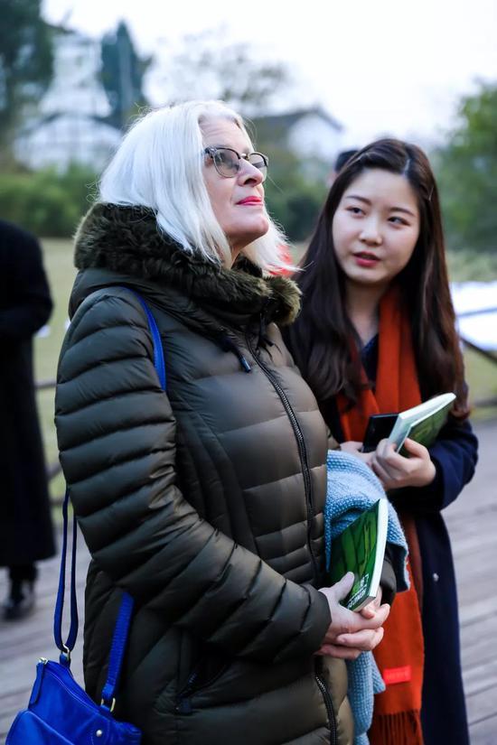 費利西蒂 · 艾倫(Felicity Allen)在展覽廣安田野雙年展現場