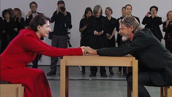 """2010年,瑪麗娜·阿布拉莫維奇、烏雷在紐約現代藝術博物館的""""握手"""""""