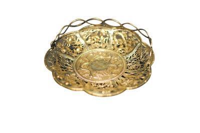 銀透雕雙龍戲珠山水人物故事圖提籃 廣州博物館藏