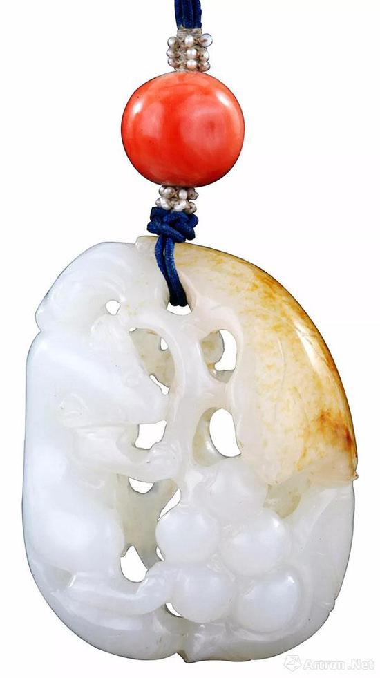 白玉雕鬆鼠葡萄墜 長4.5厘米、寬3.2厘米。