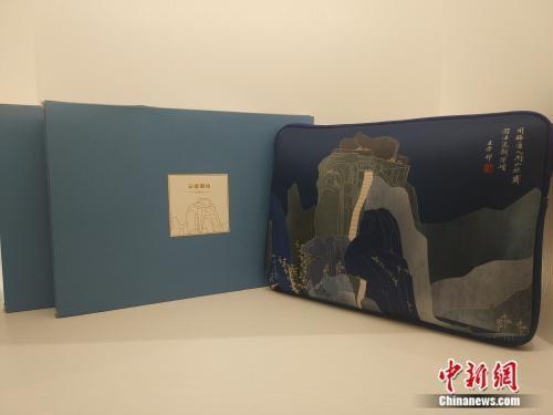 """资料图:故宫文创展中,以""""四王""""展为主题的电脑包。 任思雨 摄"""