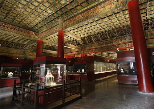 今天國內保存的清代琺瑯彩瓷大多收藏在故宮博物院