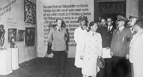 """希特勒在慕尼黑""""頹廢藝術展""""的開幕式上,1937"""
