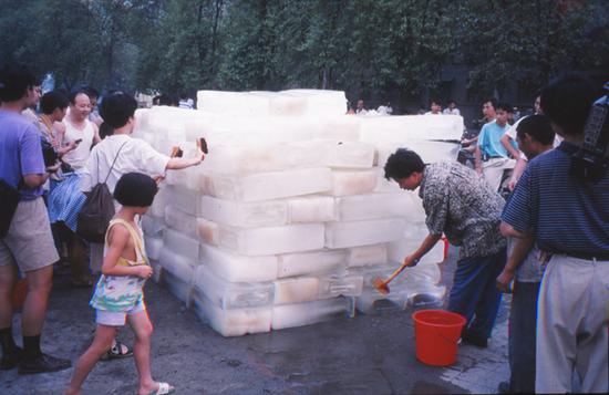 """1995年,尹秀珍在成都做了行为作品""""洗河""""。"""