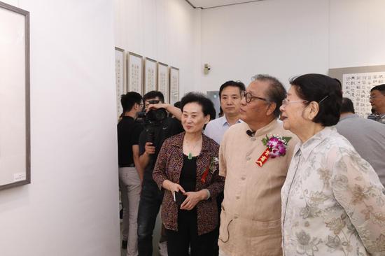 第十届全国人大常委会副委员长顾秀莲与高军法老师观展